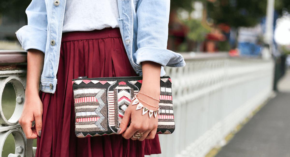 Social Commerce Statistics - Fashinable woman holding a purse